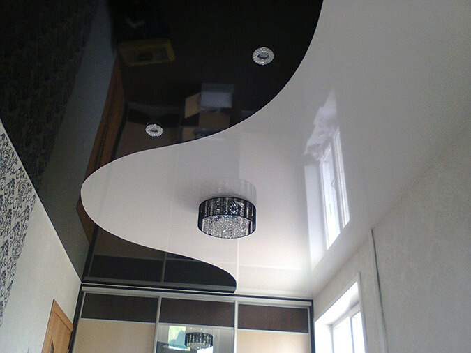 натяжной потолок в комнате