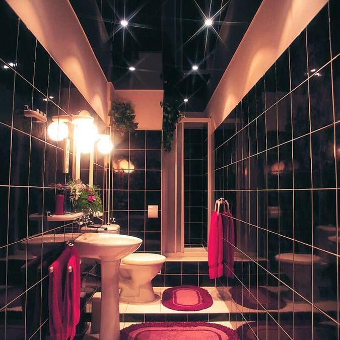 Ванна с чёрным натяжным потолком