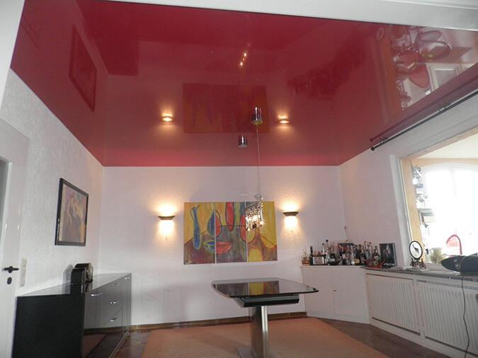 Варианты цветного потолка в комнате