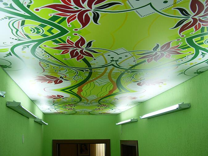Натяжной потолок в зелёной комнате