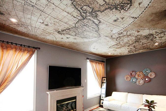Карта на потолке в гостиной