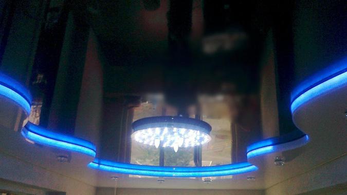 Чёрный глянцевый натяжной потолок с подсветкой