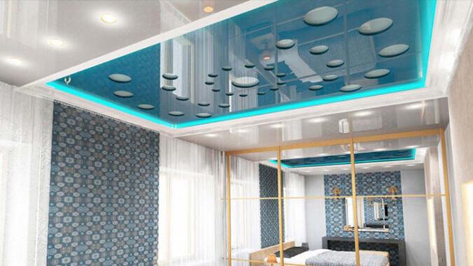 Голубой резной натяжной потолок в комнтае