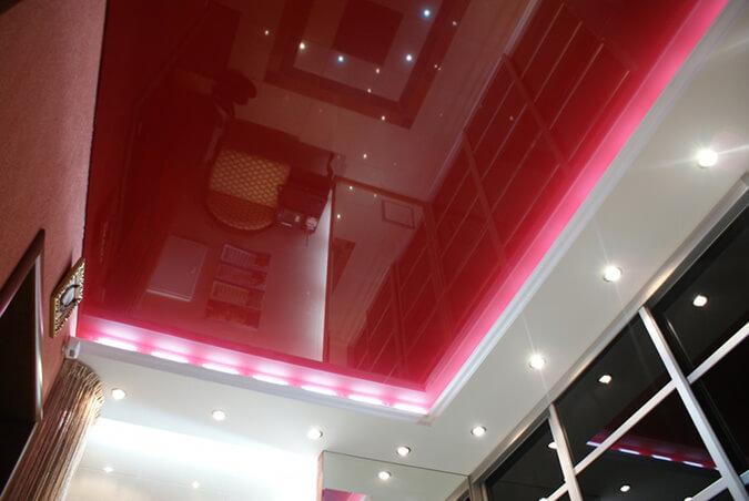 Тёмно-красный натяжной потолок в доме