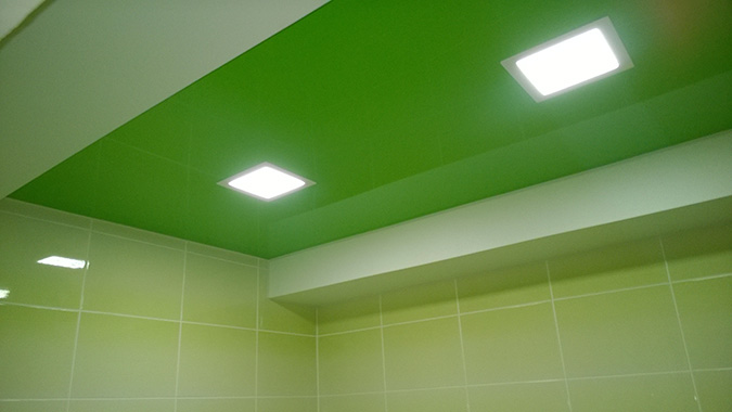 Салатовый натяжной потолок в ванной