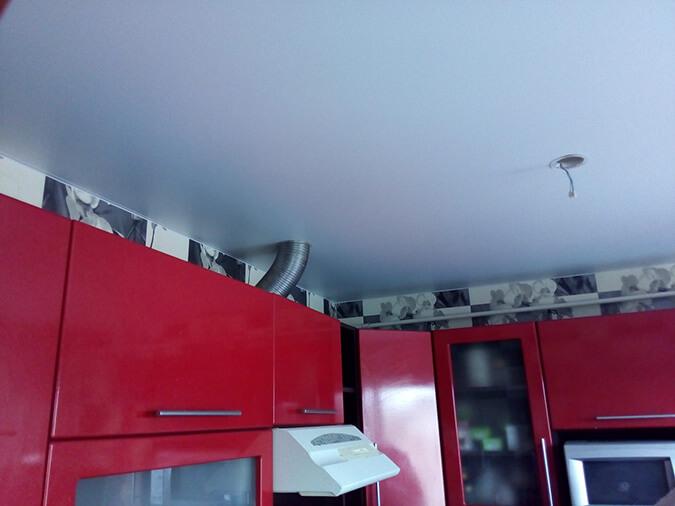 Вариант реализации вытяжки с натяжным потолком