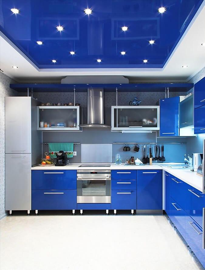 Синие натяжные потолки на кухне с точечной подсветкой