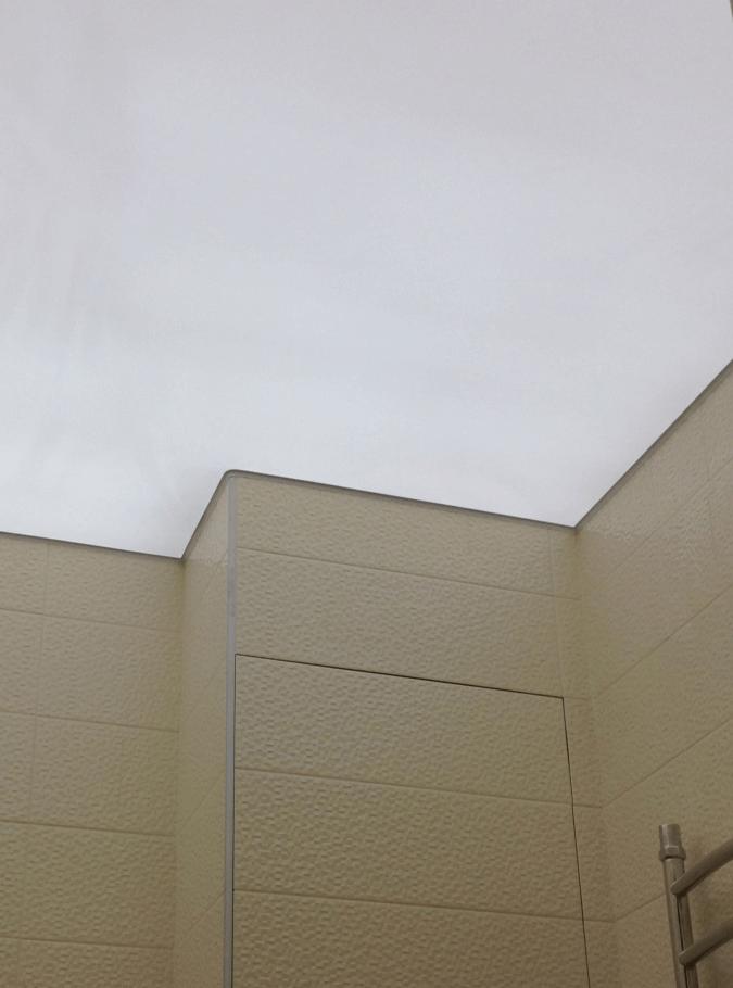 Светопропускающий потолок в ванной комнате