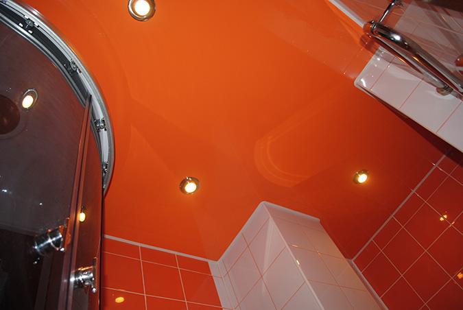 Оранжевый натяжной потолок в ванной