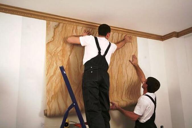 Поклейка обоев в комнате с натяжным потолком