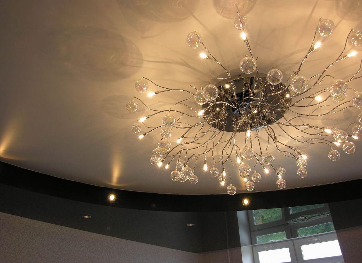 Люстра с натяжным потолком в гостинной