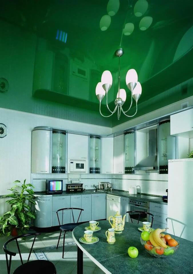 Зелёный глянцевый натяжной потолок на кухне