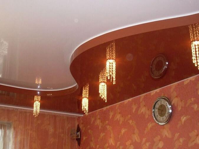 Точечные светильники в двухуровневом натяжном потолке