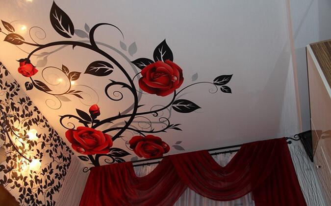 Фотопечать цветы на натяжном потолке в комнате