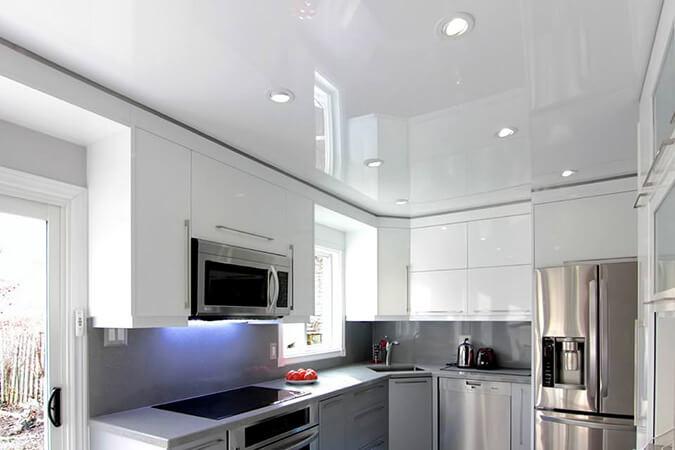 Глянцевый натяжной потолок на кухне