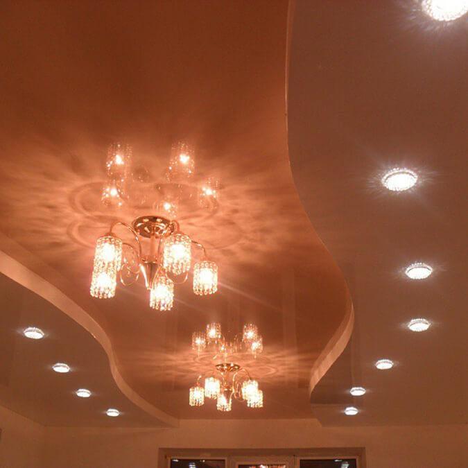 Точечные светильники и люстра на потолке
