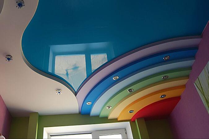 Радужный двухуровневый натяжной потолок в детской