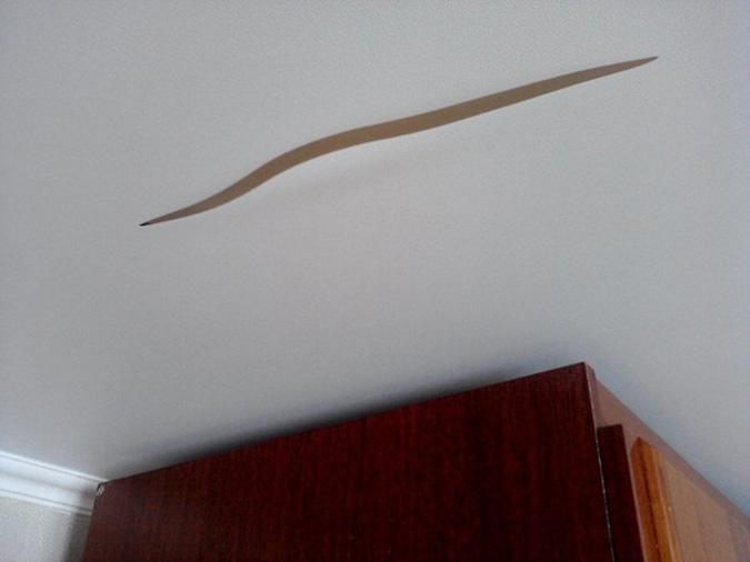 Разрыв натяжного потолка в комнате