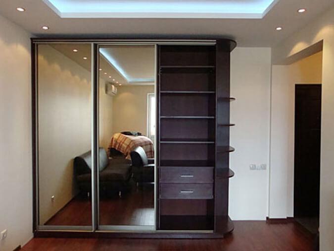 Шкаф чуть ниже натяжного потолка