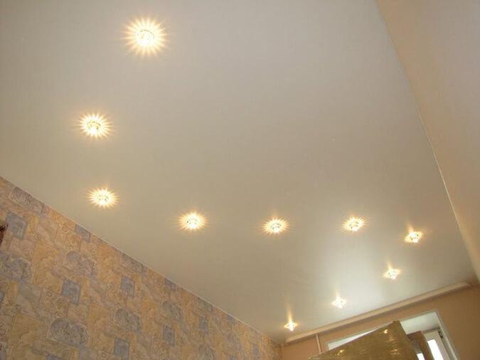 Криволинейное расположения точечных светильников