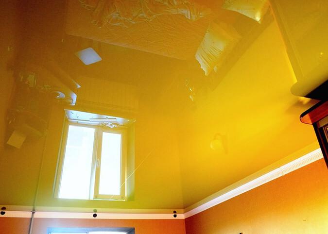 Жёлтый натяжной потолок в зале