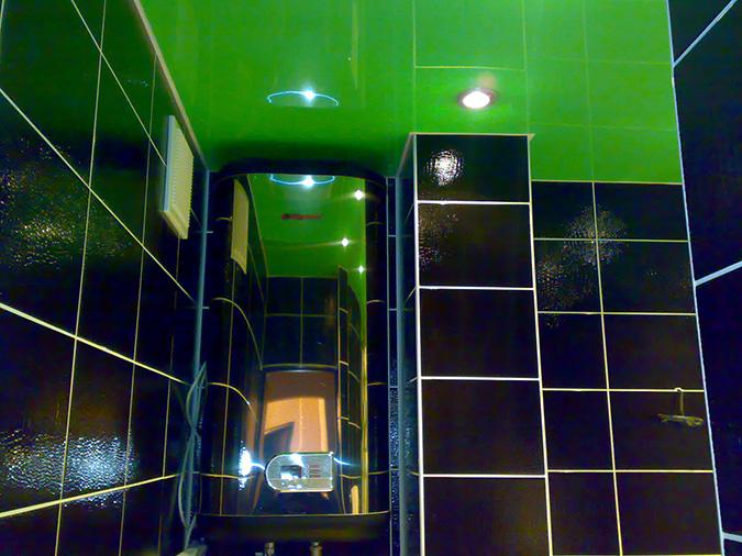 Глянцевый натяжной потолок в ванной - зелёный