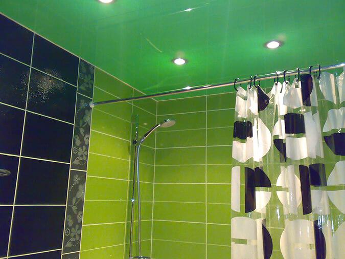 Зелёные натяжные потолки с точечными светильниками в ванной