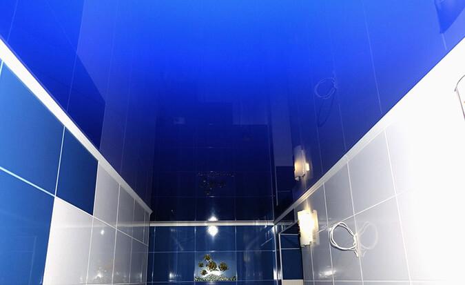 Синий глянцевый натяжной потолок в ванной комнате