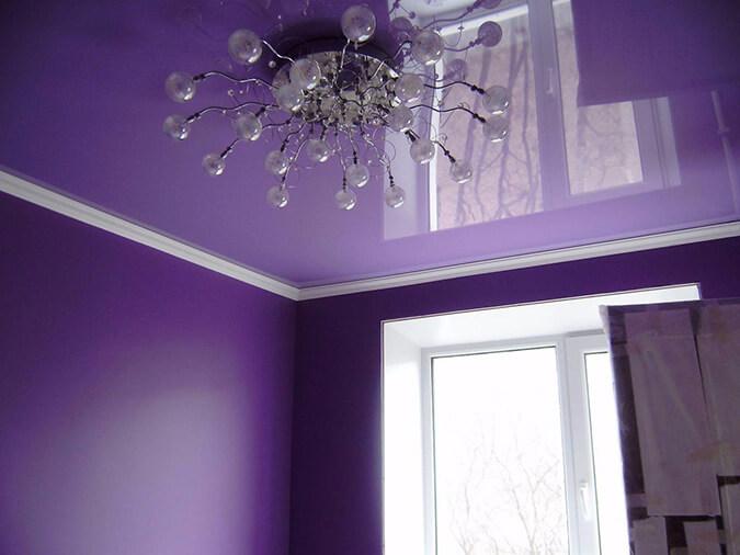 Фиолетовый глянцевый потолок