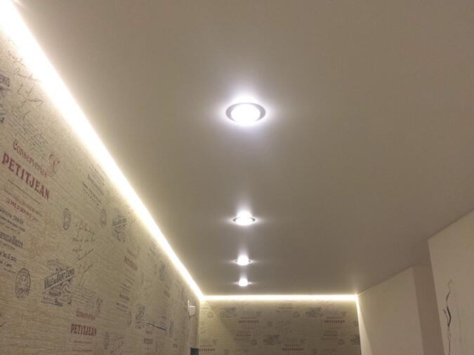 Натяжной потолок в коридоре с двойным освещением