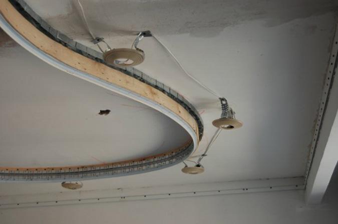 Проводка с двухуровневым потолком