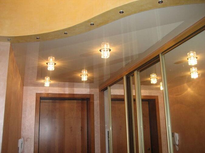 Двухуровневый натяжной потолок в прихожей