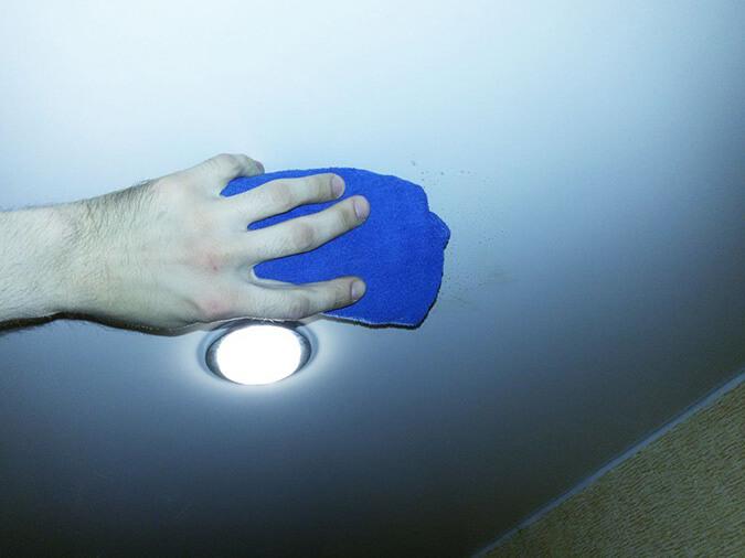 Моем потолок тряпкой