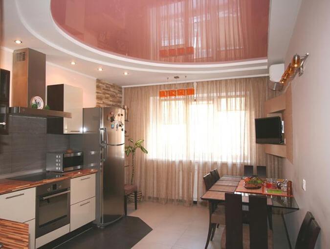 Розовый глянцевый потолок на кухне