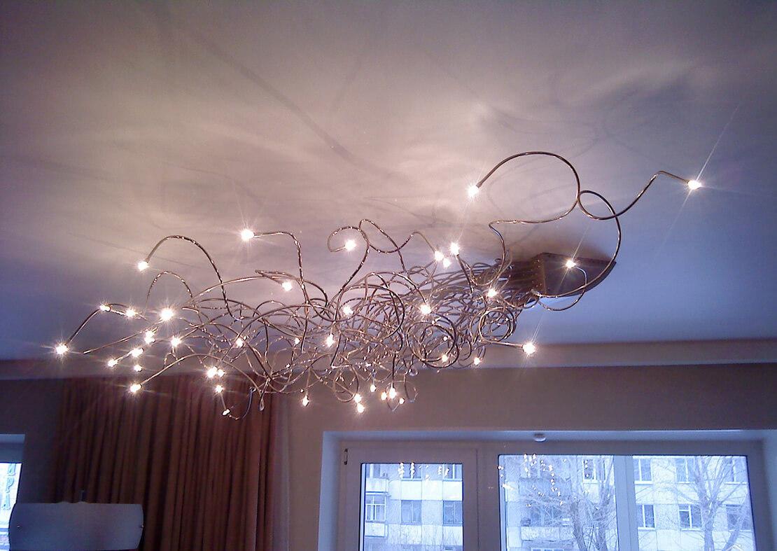 Современный дизайн люстры в гостинной