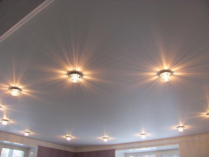 Белый тканевый натяжной потолок с подсветкой