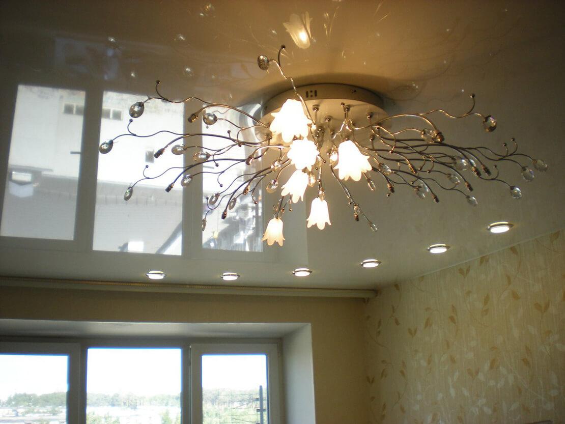 Люстра с глянцевым потолок в комнате