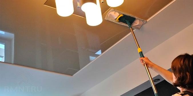Моем натяжной потолок тряпкой
