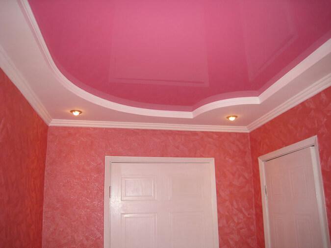 Розовый натяжной потолок в зале