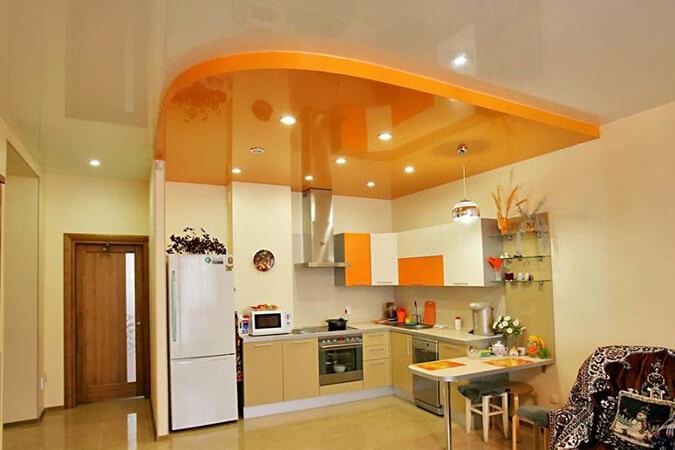Зонирование кухни с помощью потолка