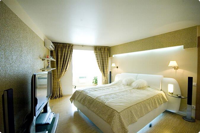 Белый сатиновый натяжной потолок в спальне
