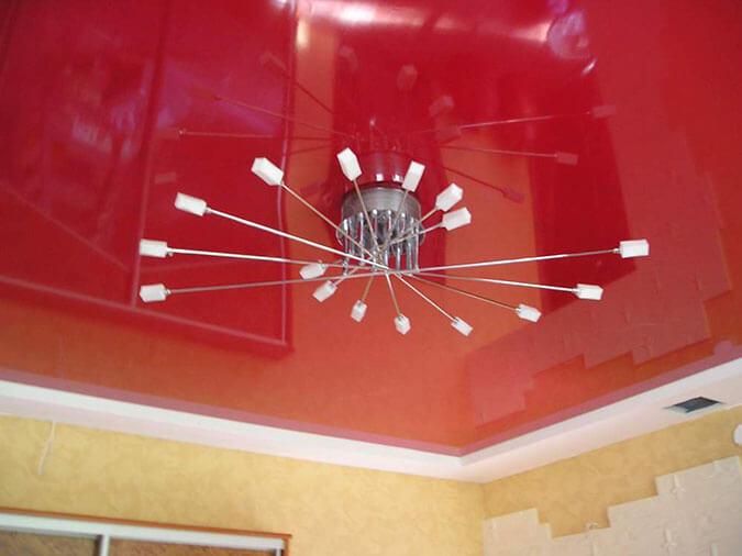 Красный потолок из ПВХ