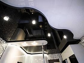 чёрно-белый глянцевый потолок