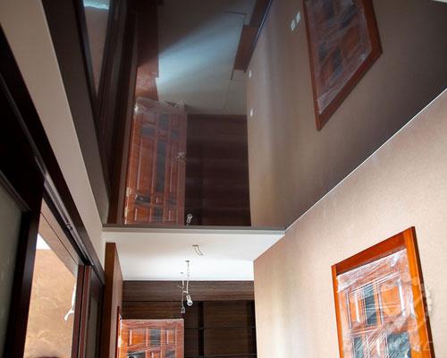 Глянцевый коричневый натяжной потолок в прихожей