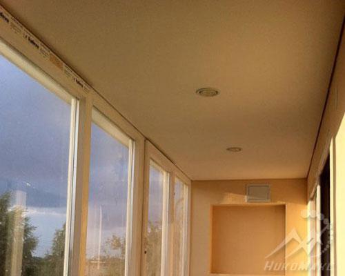 Балкон с натяжным потолком