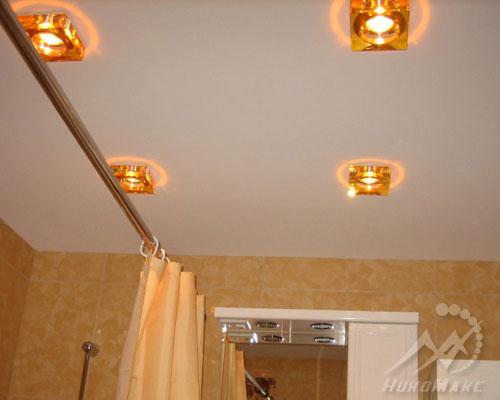 Натяжные потолки в ванной с софитами