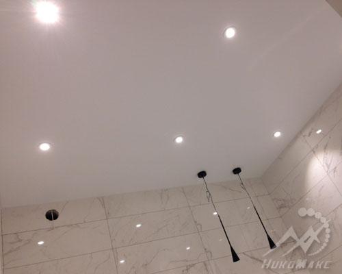 Сатиновые натяжные потолки ПВХ в ванной