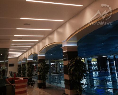 Натяжные потолки в бассейне вид с холла