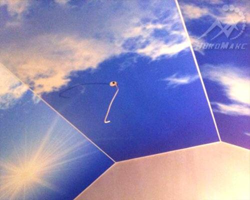 Натяжной потолок на мансарде небо