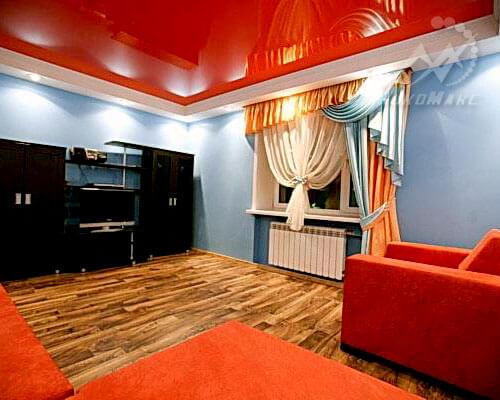 Глянцевый натяжной потолок в гостинце